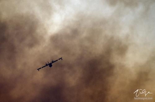 CL-415 dans la fumée du feu de tourbière - Saint-Modeste, 26 août 2014.