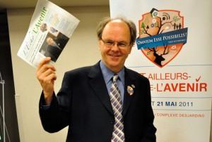 Paul-Albert Brousseau, garagiste et maire de Saint-Ailleurs-de-l'Avenir, a présenté L'Écho de L'Avenir à la presse. Photo: N. Falcimaigne